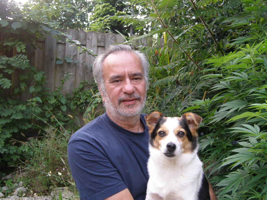 Wernard Bruining met kort haar, hond Pukkie en wietplant Double Fun