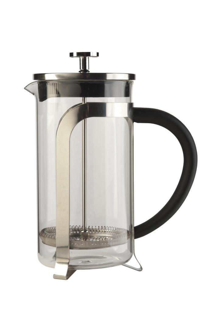 Met een simpele Franse koffiepers filter je het plantmateriaal uit het concentraat.