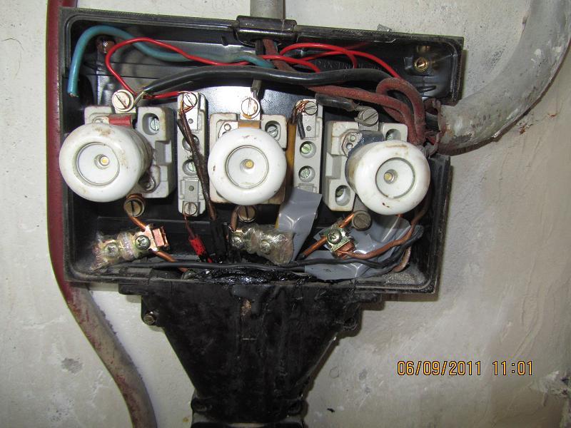 Lijkt je meterkast hierop? Laat dan nieuwe stroomgroepen met aardlekschakelaars installeren door een elektriciën en reserveer een aparte groep voor je kweekapparatuur.