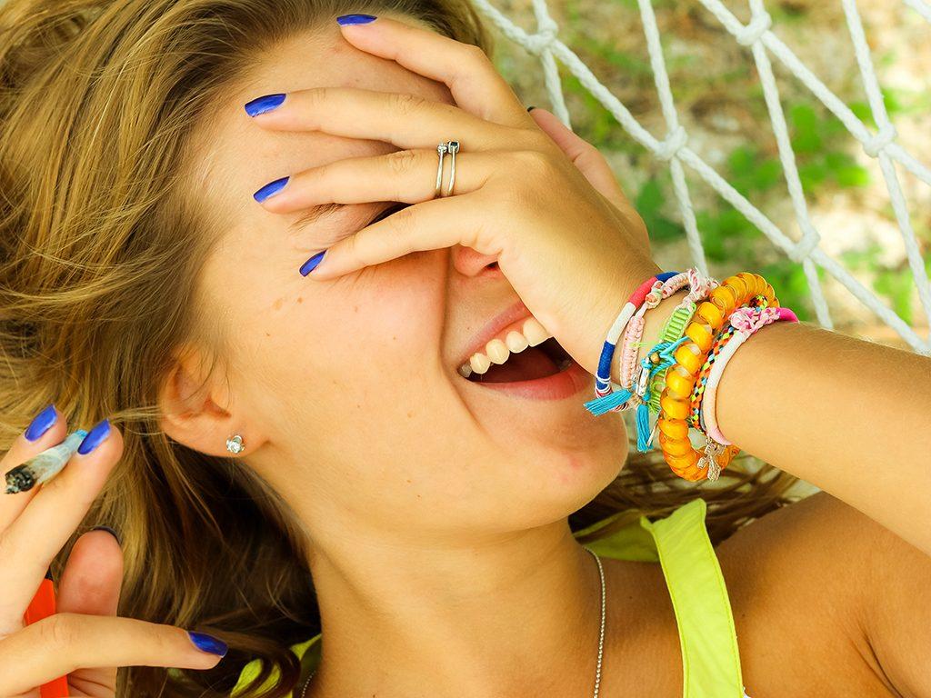 Je zit een stuk lekkerder in je vel wanneer je wiet rookt of verdampt. Foto: KIRAYONAK YULIYA, Shutterstock.com