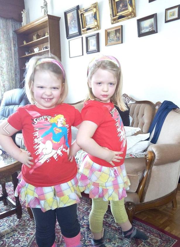 Sofie met haar zusje [foto: Facebook Jean-Pierre Voncken]