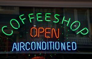 Coffeeshops hebben vaak meer wietsoorten om uit te kiezen maar zijn aardig aan de prijs. [Foto: shutterstock/lsantilli]